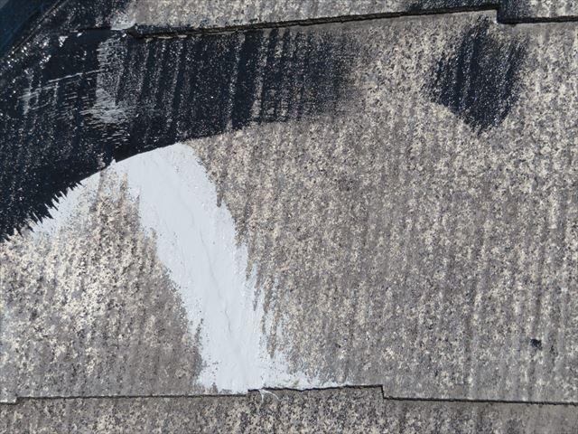 接着剤とコーキング材で補修したカラーベストはこの上から塗装されていきます