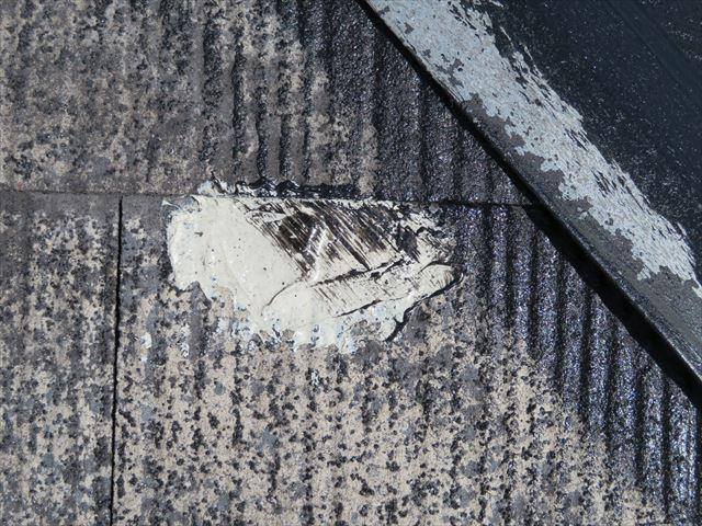 屋根塗装前にひび割れしているカラーベストは接着剤とコーキング材で補修されます