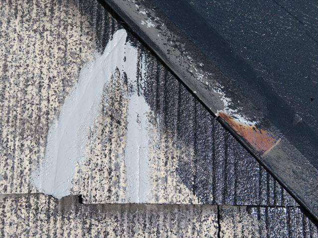接着剤とコーキング材で補修したカラーベストは雨漏りの心配はありません。このあと再塗装されてより強化されます
