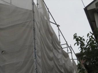 最上段のメッシュシートを三角屋根が見える程度に下げれば、風は足場支柱や足場板の空間を通り抜けて行き十分です。