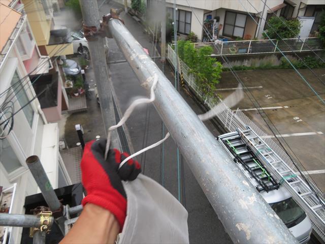 作業ボリュームは知れていますが、なにせすでに雨が降り始めていますので、足場がグリップせず滑るのです。 素手では支柱をしっかりと掴むことが出来ず、手が滑り抜けてしまうと滑落死してしまうので、ゴム手袋をすると少しマシです。