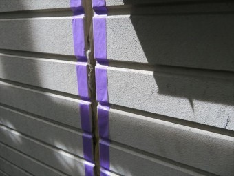 リブ壁は出隅と入隅が無数に連続しているので、マスキング養生は相当な手間と時間が必要です