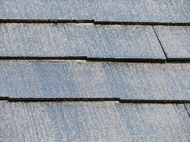 ローラーで広範囲に塗装作業を進めると屋根の継ぎ目は塗料の乗りが悪い部分ができてしまうので後に補正する