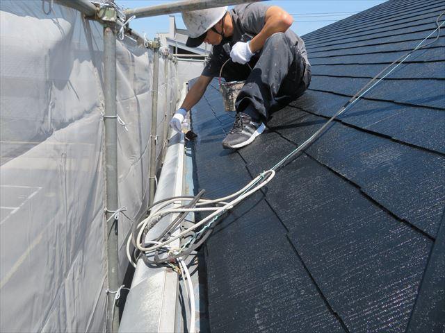 屋根塗装作業はローラー塗装役とハケ塗装役に分かれて作業効率と作業品質の両方を達成する
