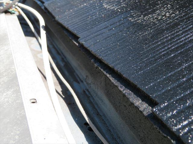 軒先の屋根材端部はローラーが届かない部分。ハケを使ってタッチアップします。