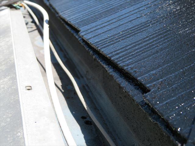ローラーが届かない軒先の屋根材端部をタッチアップしたら一目瞭然に違いが分かります。