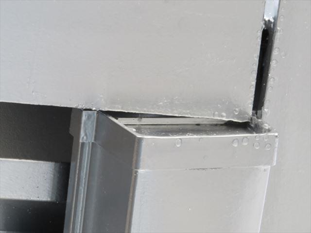 雨どい(軒樋)の端の蓋を「止め」と言いますが、これがまだH型鋼と干渉しているので下に下がってきません