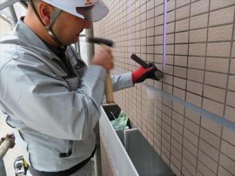 外壁タイルの1枚を斫ってみると、タイルと下地の状態が判明する