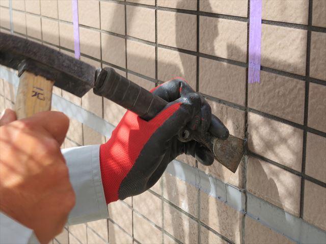 タイルを試験斫りする時の道具はハンマーとタガネを使い、目地を打撃するとタイルは剥がれる