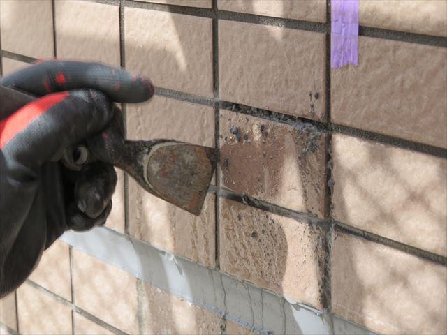 外壁タイルを試験斫りすると噴き出る水は、外壁下地とタイルの隙間に雨水が滞留している証拠