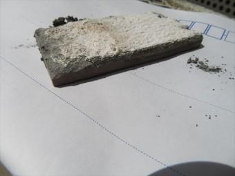 剥がしたタイルを乾かすと、セメント系モルタル接着剤にALC成分が付着したままで剥離したことが判り、接着剤にALCが負けている