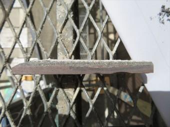 剥がした外壁タイルの断面はタイルと接着剤であるセメント系モルタルの層が見て取れる