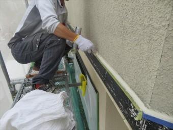 外壁アクセントの幕板(帯板)のシールは変成シリコンコーキングを使用すると、外壁塗装の邪魔にならずコーキング表面にも塗料がしっかりと乗る
