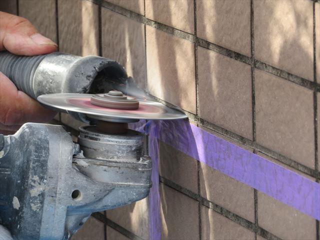 タイル剥離作業は目地に電動工具であるカッターを入れて効率よく切って行く