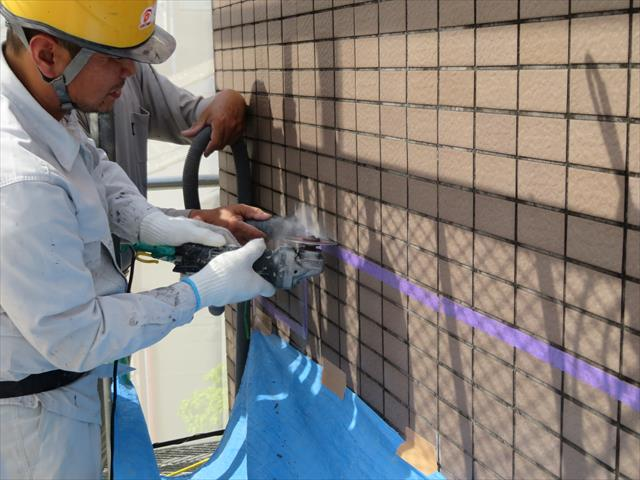 屋根工事、防水工事、雨漏り修理をする街の屋根やさん宝塚店は、熟練の大工がタイル工事も仕上げます。