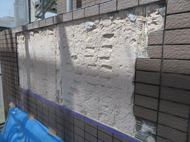 重量鉄骨造の外壁モザイクタイルを剥がすと多孔質のALC表面が現れます。