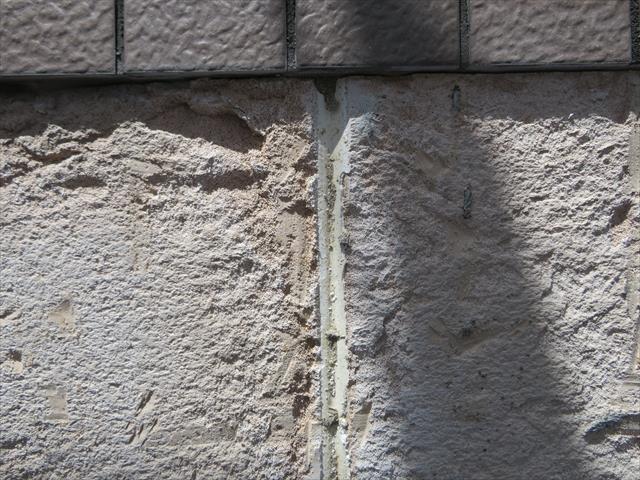 外壁モザイクタイルを斫り取ると下地のALCの表面がえぐり取られ表面は凸凹が生じた。