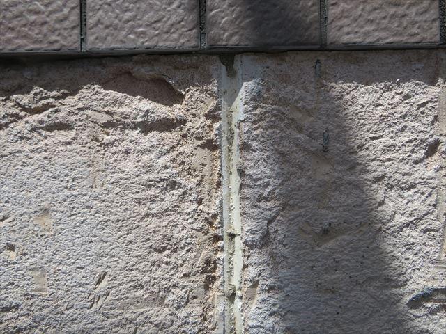 タイルを斫った後の外壁下地は凸凹状態になっている