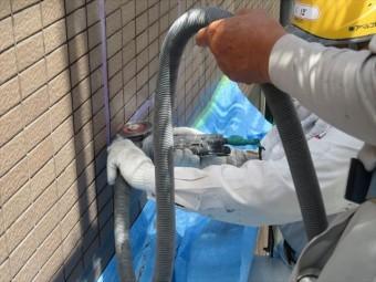 浮き上がった外壁タイルの補修ではタイル目地にダイヤモンドカッターを入れて切断し、その後斫り作業を経て剥がし取ります。