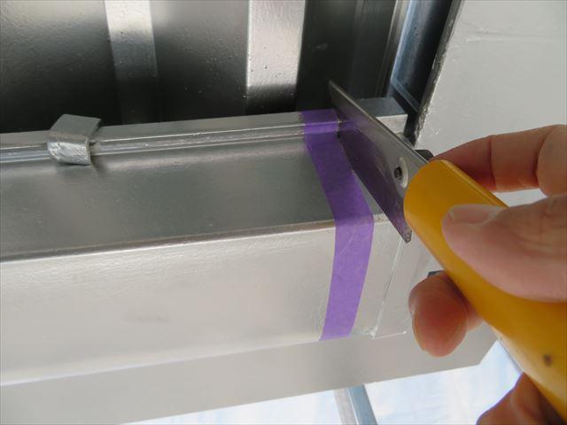 金属ノコを使って切断するが、場所が狭すぎて刃のストローク量が確保できない