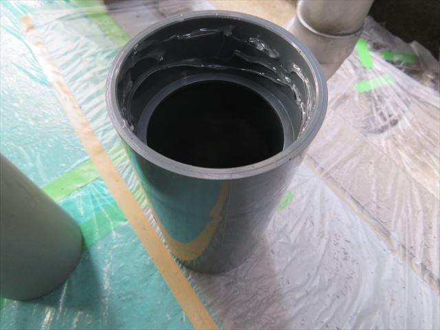 伸縮継ぎ手の短いほうに接着剤を塗布する