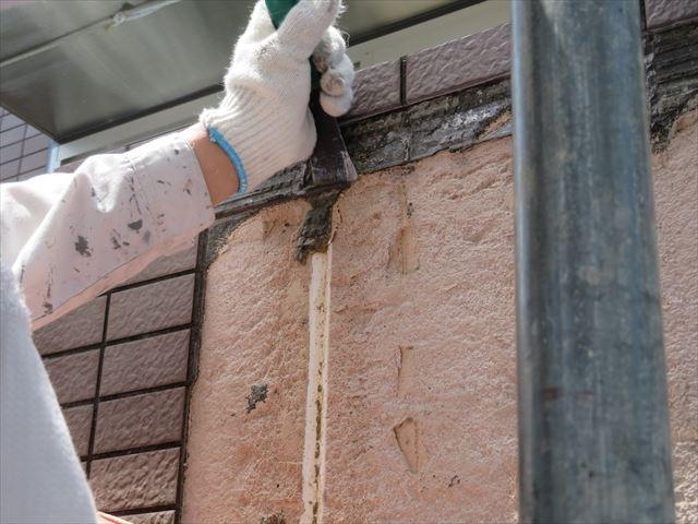 タイルを剥がした後の外壁下地に残っている古いタイル接着剤も丁寧に剥がして行く