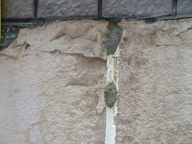 外壁タイルが斫られた下地はALCボードの表面が露出します。タイルの接着剤とともに素地が剥がれ落ちます。