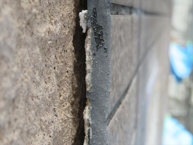 外壁タイルが広い範囲で浮き上がっている状態は、工事中に接近確認すると、外壁下地から縁が切れている事が見える。