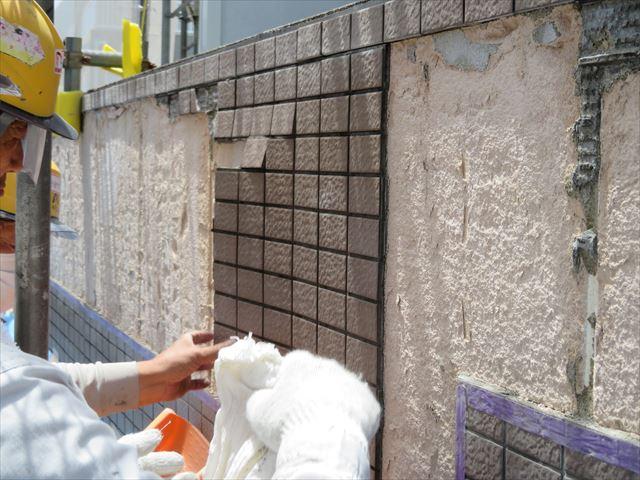 浮き上がりが酷い外壁タイルは塊で剥がれてくる部分もあった