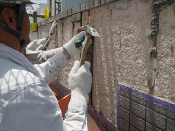 モザイクタイルを剥がすと現れるALCは多孔質発泡成形された軽量で耐火性、耐熱性、防火性に富む高強度な外壁材です