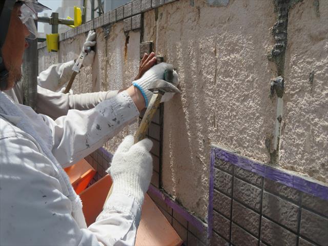 モザイクタイルを剥がすとALCに茶色いしみが出来ていますが、タイル内部で雨漏りし、鉄骨に達したことで錆び色が発生している。