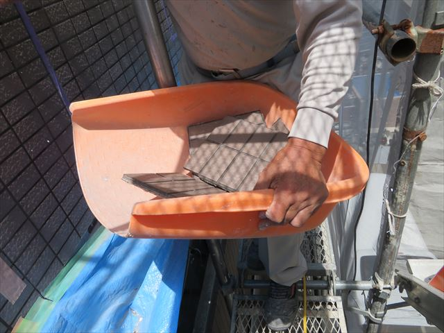 斫られたタイルは土嚢袋(PP袋)に入れて降ろされていく