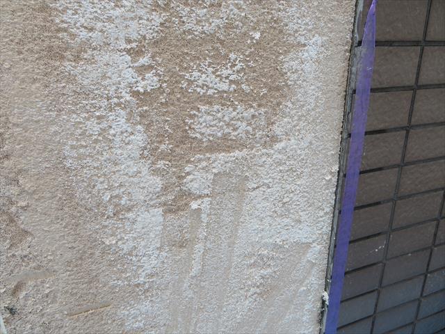 モザイクタイルを斫った後のALC表面の白い斑点は雨水の侵入によって内部で白華現象が起こっていた証拠です。