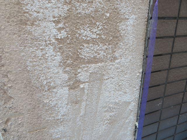 タイルが斫られた後のALC壁面は水分でしっとりしている箇所があった
