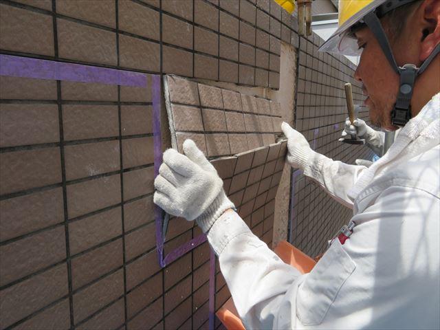 外壁内部への雨漏りはタイルを塊で浮かせる部分が出来てしまうほどの被害につながる場合がある