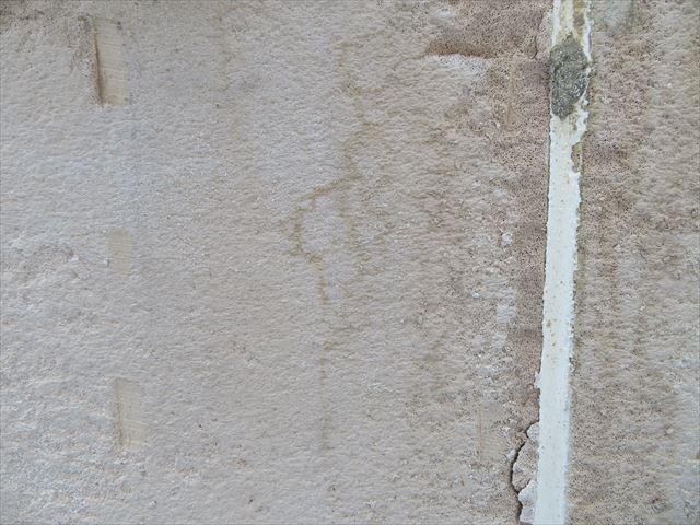 ALCボードは多孔質な建築資材ですので、軽石のような風合いであることが外壁補修工事で感じることができる