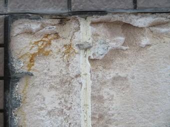 外壁下地のALCには恒常的に雨漏りが続いていたと考えられ、湿度で変質したALCはえぐり取られるように欠損します。