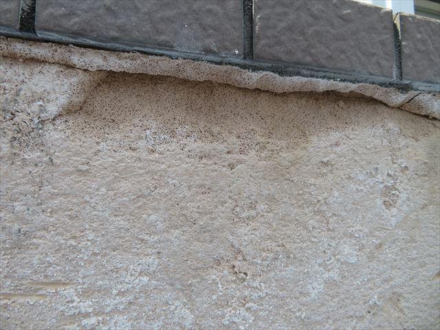 斫ったタイルとともに塊で外壁下地が欠損してしまう箇所もできる