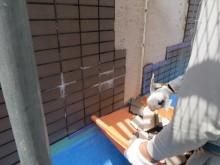 水分の影響を受けたセメント質のALCボードから一部の石灰成分が流れ出し、内部で白華現象を起こします。