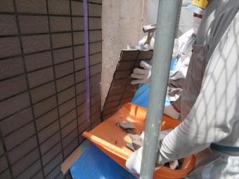 外壁タイル内部の広い範囲に雨水が回っていたので、10枚以上の面単位で剥がれ落ちてきた。