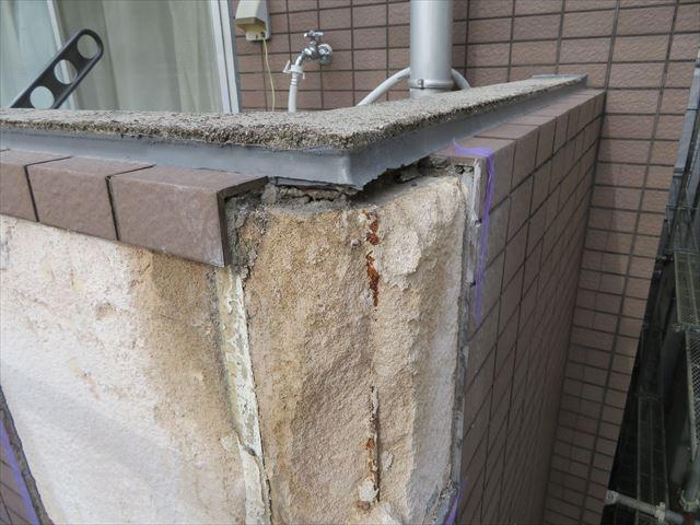 ボックスや標準曲がりと言われる役物が入る角部のタイルを斫ると下地の欠損が激しい