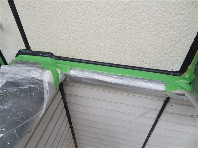 マスキングテープの密着具合を確認しておかなければ隙間から塗料がにじみ出る場合がある