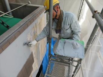 MEベースのエポキシ樹脂が下地のALCと強力に密着するので、左官ゴテで空気を含まないように圧着させていくと、剥がれる可能性が皆無になる