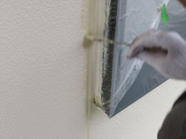 ローラーで無造作に塗っても境界部分の細部にはきれいに塗料が乗らない