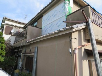 屋根工事用の足場架設をするとき、工事手順を策定し、危険予知活動をしたうえで、工事対象家屋の敷地内に、足場資材を運びます。