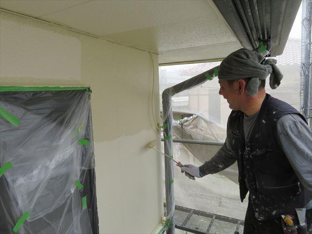 入隅や境界付近のハケ塗装が終わった後はローラーで効率よく塗り進んでいく