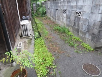 問題の隣家は自宅のほぼ四方を周囲の家屋で囲まれて、人か自転車ならば通行できる通路が唯一の出入り口で、この承役通路が施主様の物であることが心理的にネックになっていた