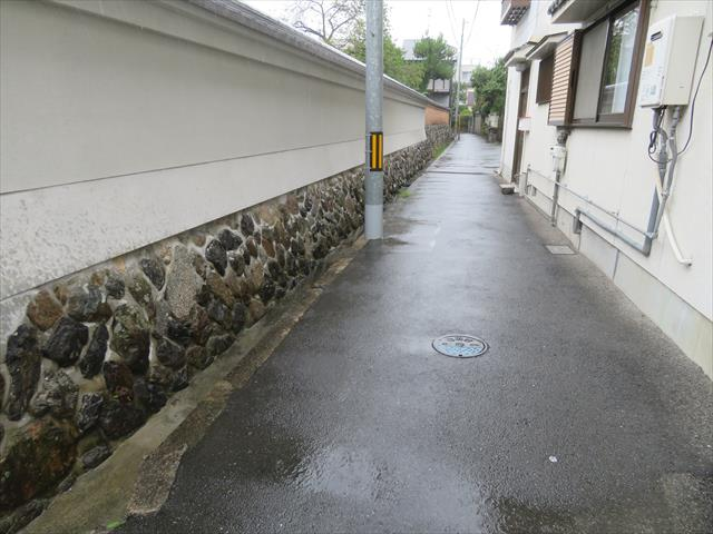 茨木市の中心部に近く古くから形成されてきた地域で、現在の建築基準法が整備される前から街が出来上がっていました。