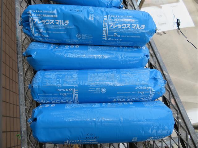 従来から使用されるモルタル系タイル接着剤ではなく、変成シリコン系弾性接着剤は揺れエネルギーを吸収しタイルの剥離を回避します。