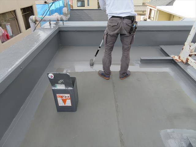 塩ビシート防水は10年から15年に一度表面保護材のトップコートを塗装しておくと寿命が長持ちする
